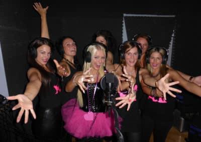 Die Mädels haben Spaß vor dem Mikrofon