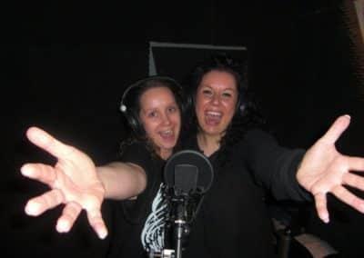 2 Freundinnen beim Singen in der Gesangskabine
