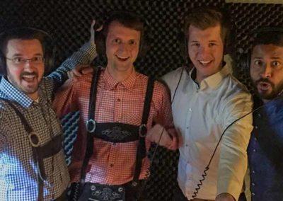 4 männliche Sänger im Tonstudio
