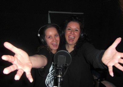 2 Freundinnen vor Mikrofon
