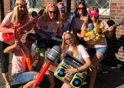 Mädels vor Tonstudio mit Partyaccessoires