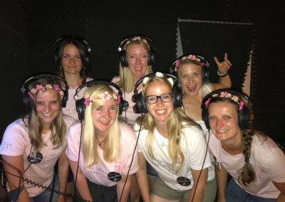 Mädels Junggesellenabschied mit Kopfhörern