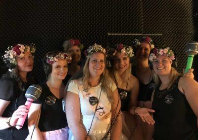 Blumenmädchen vor Mikrofon im Tonstudio