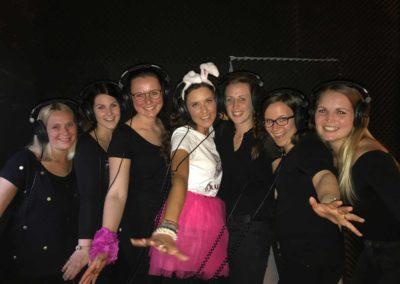 Mädels posieren mit Kopfhörern