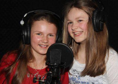 2 Mädchen vor Mikrofon