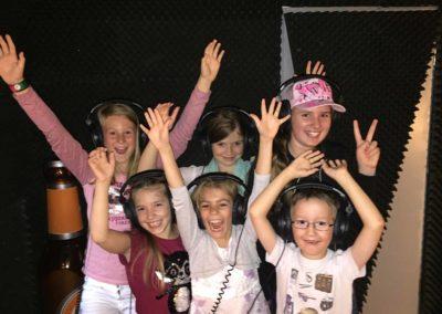 Gemischte Kids Gruppe hat Spaß vor Mikrofon