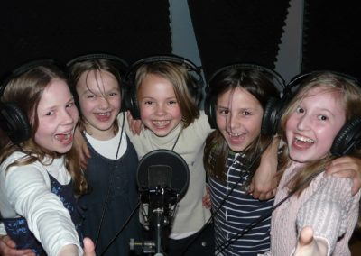 Kinder haben Spaß vor dem Mikrofon