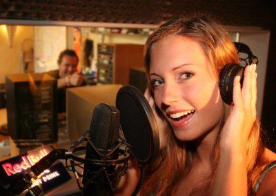 Pro-Sängerin vor Mikro